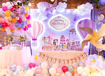 Trang trí sinh nhật bé Vân Phương theo chủ đề khinh khí cầu