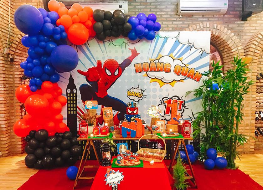 Trang trí tiệc thôi nôi bé Hoàng Quân- Chủ đề Spiderman